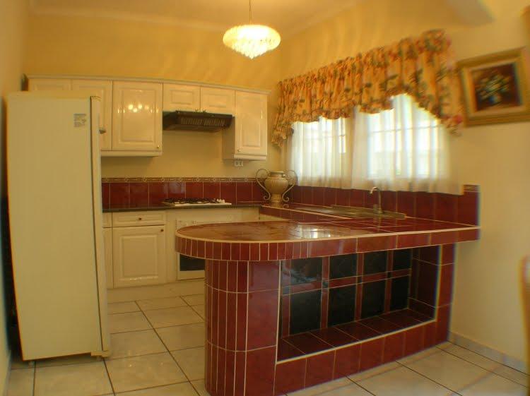 Casas en venta en el salvador cocina amplia con barra for Planos de cocinas con barra desayunadora