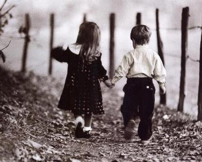 casal de crianças caminhando,amizade