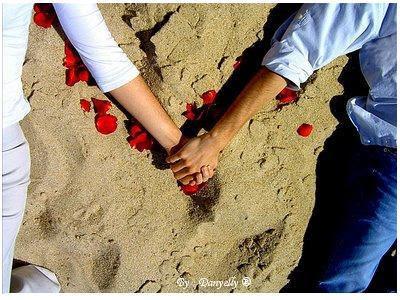 casal apaixonado,mãos dadas,praia,pétalas de rosas