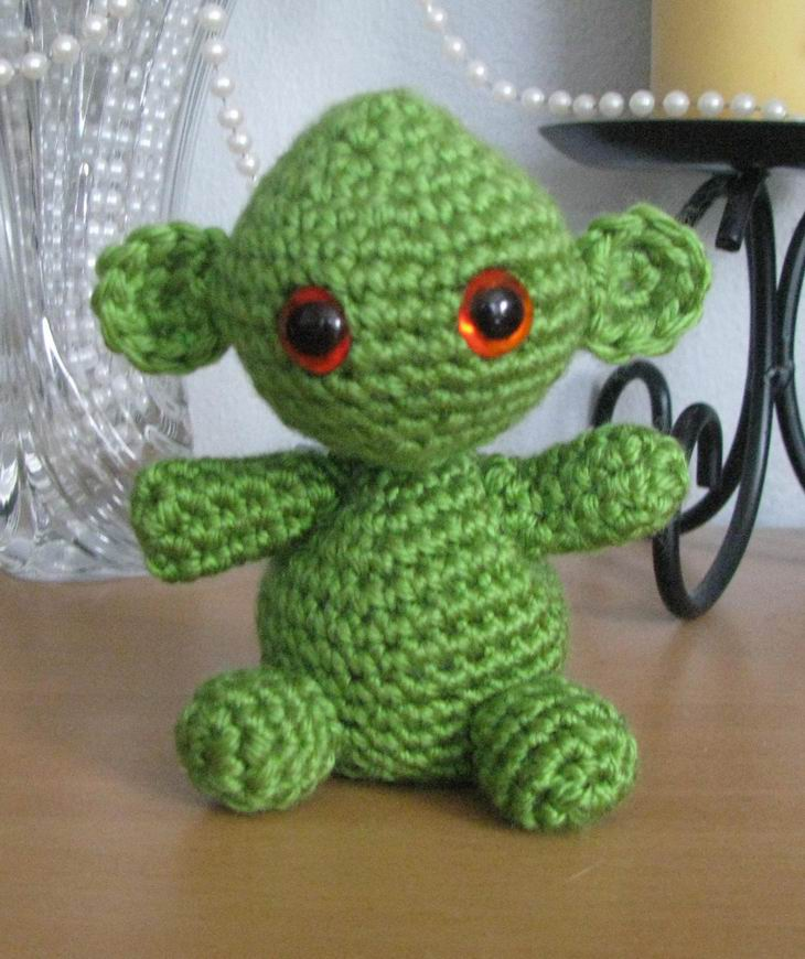 2000 Free Amigurumi Patterns: Green Huggable Alien