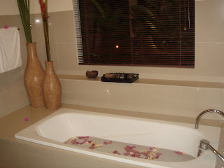 Flower bath in Aston Legend hotel op Bali