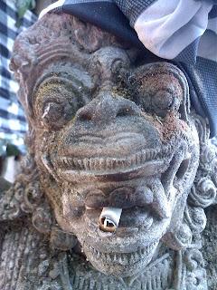 Beeld van een god in de tuin van Hotel Mercure Resort in Bali Sanur