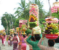 op weg naar de tempel met offergaven in Bali