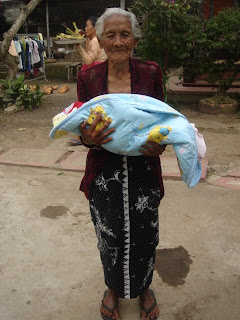 Nyoman's baby in zijn huis in Payangan, ten noorden van Ubud in centraal Bali. Nyoman is tuinman in Villa Sabandari in Ubud.