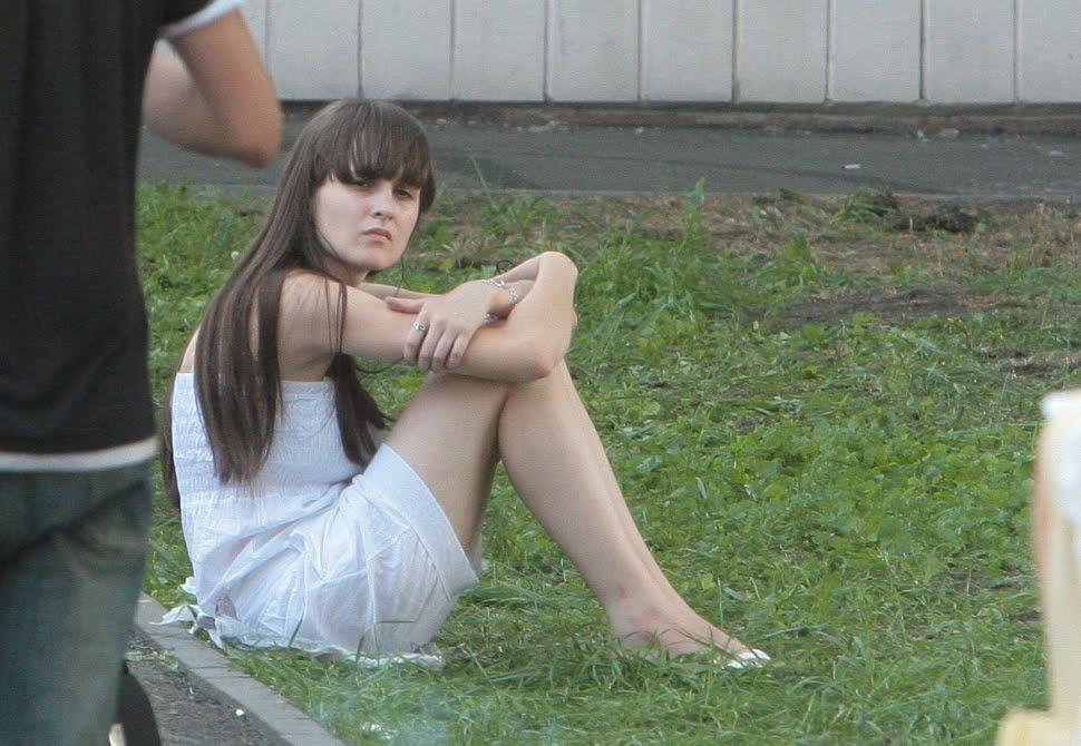 девушка в транспорте в короткой юбке и без трусиков фото крупным планом