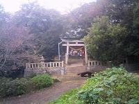 東条城跡入り口の八幡社