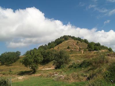 El Puig de la Caritat des del camí de Puigmartre