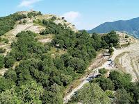 El Castell dels Torelló i el Coll Gallina amb la gent esmorzant. Vista des del Turó de Coll Gallina