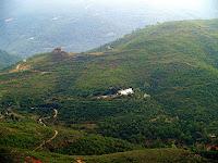 La Casa Blanca i el Castell dels Moros o de Montmany des del Grau de Montmany