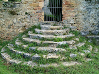 Escala en forma de ferradura que porta al cementiri de Sant Pere de Bertí