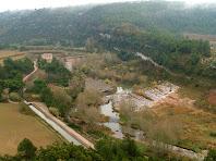 La Caseta de la Mina i el seu canal des de les cingleres del Llobregat
