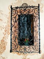 Finestra a la porxada del Santuari del Vilar