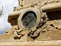 Medalló amb el bust de Mossèn Cinto Verdaguer al monument de l'Àngel