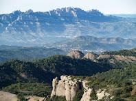 A davant de tot la Porquerissa, al mig el Castell de Bocs i la Roca del Duc, i darrera el Montserrat