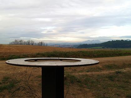 Taula d'orientació a la sortida del Bosc de la Torre d'en Malla. Veiem Montserrat al fons