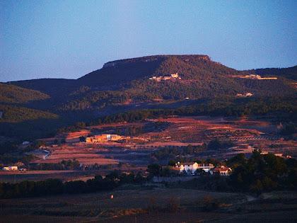 Vista des de la Roca: al fons el barri de Font-rubí amb l'església de Sant Pere i Sant Feliu, i al seu darrera les Serres de Font-rubí