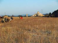 Les Oliveres amb les seves xemeneies, a la Vall dels Horts