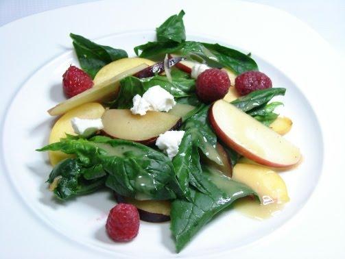 Ensalada de espinacas con queso de cabra, frutas y vinagreta de miel