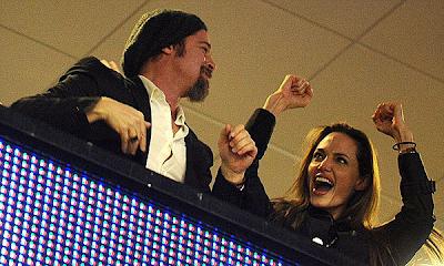 Angelina Jolie y Brad Pitt acaramelados en el Super Bowl
