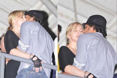 Madonna y Jesús Luz besándose en una discoteca brasileña