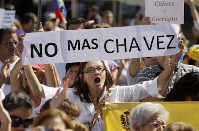 Un centenar de personas se manifiestan contra Chávez en Madrid