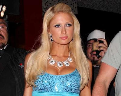 Paris Hilton develó su gran escote