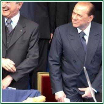 Silvio Berlusconi si gratta i coglioni. Foto dalla rete