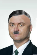 Als Wilders zijn haar bruin verft, een spuuglok neemt en een snorretje, zoals op bijgaande afbeelding, dan lijkt dat ook op Hitler.