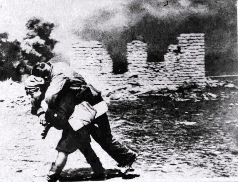http://3.bp.blogspot.com/__mwrbF_AqTA/TNnTR-IsajI/AAAAAAAAAHM/kdj7DgYzGVU/s1600/Military_nurse_carries_a_wounded_soldier_Red_Army%2525252C_Stalingrad%2525252C_1942.jpg