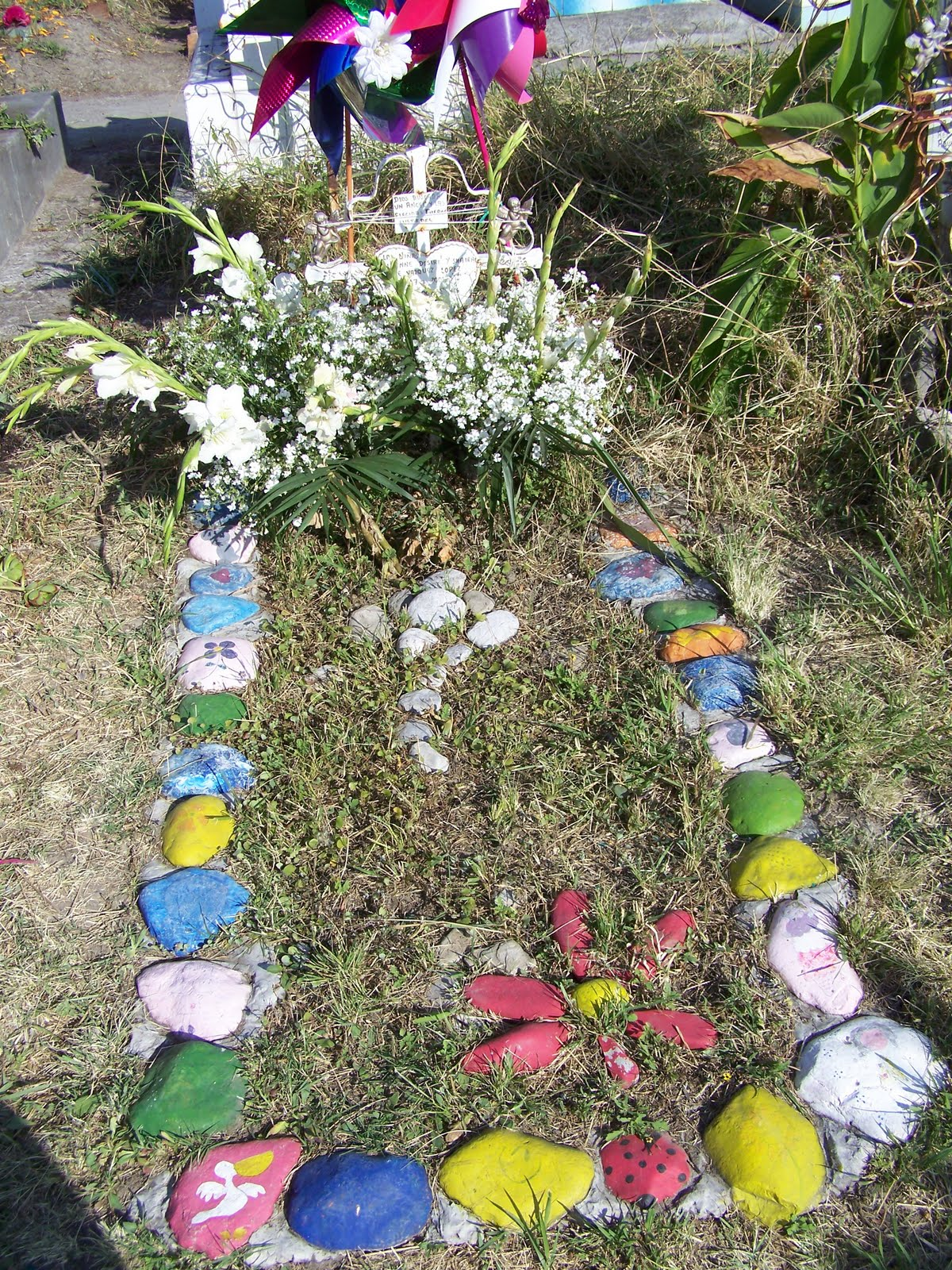 Ministry in mexico dia de los muertos for Grave decorations ideas