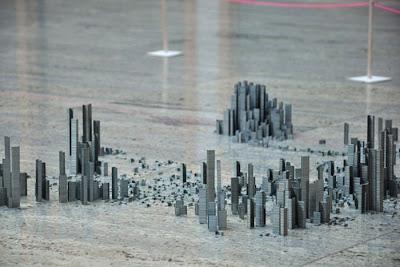 Город среди комнаты. Необычная архитектура мегаполиса из скобок для степлера. Фото креатив.
