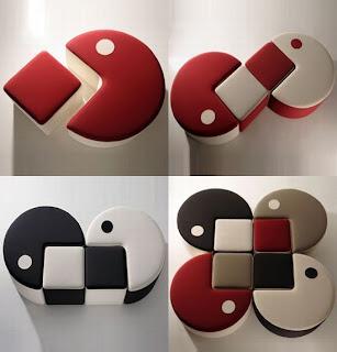 Столы круглой формы с вырезом, в комплекте квадратные стульчики.