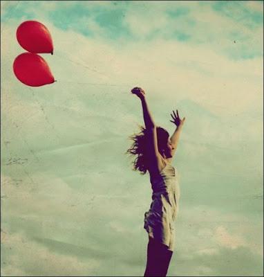 Если вы хотите испытать радость, купите себе парочку воздушных шариков. Или посмотрите на фото девушки с воздушными шариками. Воздушные шарики картинка. Фото красив воздушных шариков бесплатно. Девушка с воздушными шариками в коротком платье на фоне неба. Прикол про воздушные шарики. Красные шарики в руках красивой девушки на фоне летнего неба картинка.
