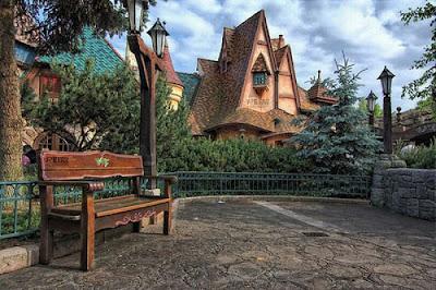 Сказочные дома для гномиков с башенкой в виде гриба. Домик оригинальный дизайн в парке. Фото креатив.