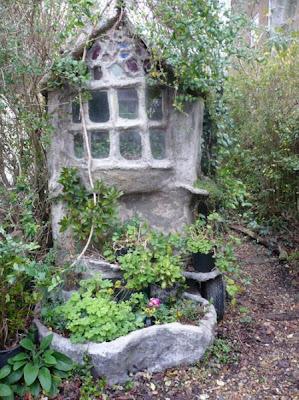 Сказочные дома в детском парке. Фото креатив. Домик для гномиков с башенкой.