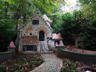 Дизайн аллея в парке ведущая к дому с