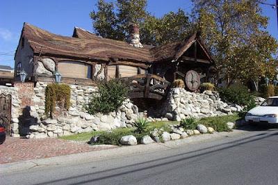 Креативные дома оригинальный дизайн фото. Каменный коричневый дом с оригинальной белой крышей. Красивые дома, необычный дизайн фото.