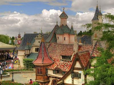 Креативные дома, дом в форме соломенной хижины. Необычный дом с оригинальной крышей. Оригинально фото загородный дом. Дом на фоне голубого неба с облаками в окружении деревьев. Фото креатив.