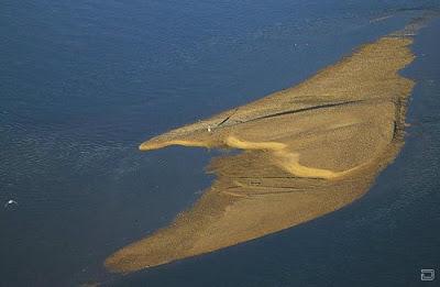 На песчаной косе серце мира создано природой из песка. Вода создает произведение исскуства креатив фото.