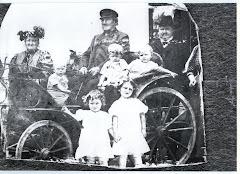 Niels Henriksen Kragh med kone og børn i deres hestevogn