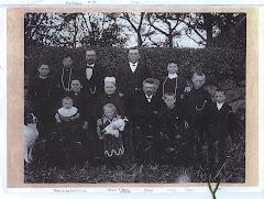 Ane Marie Hansen (central med hvid hovedbeklædning) og familie