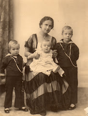 Yelva med sine 3 sønner, Mogens, Gregers og Hans, 1917 eller 1918