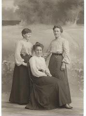 Elsebeth Frederiksen med kusiner omkring 1885