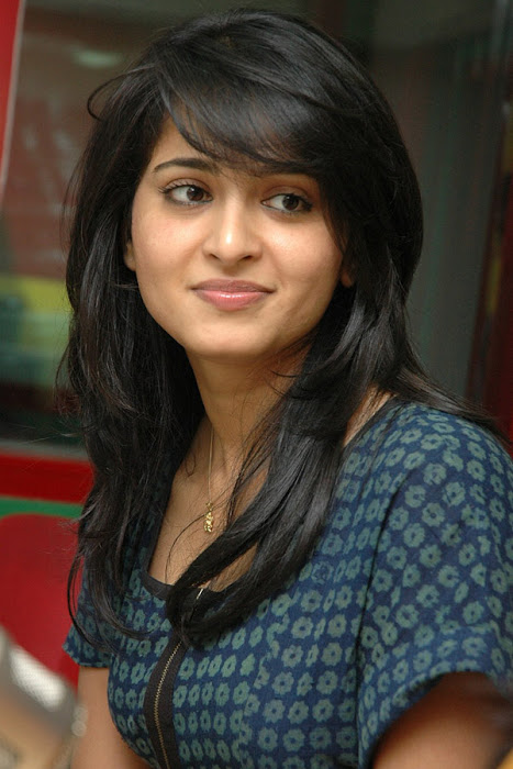 anushka event of kaleja audio at radio mirchi hot images