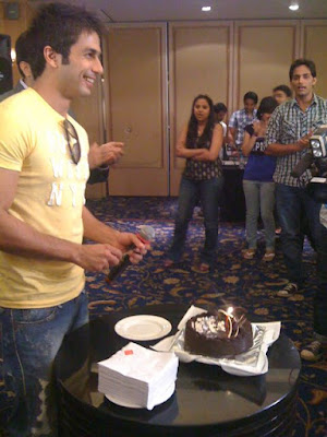 Shahid Kapoor cuts Birthday Cake