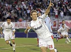 Bolatti festeja su gol en Huracán -Arsenal; atrás se observan a Goltz y a Domínguez