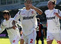 Pastore y Dominguez festejan junto a Goltz el tanto de Huracán frente a San Lorenzo