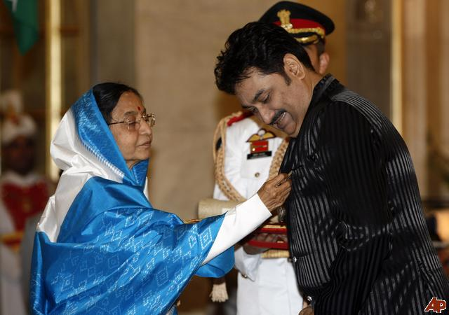 Kumar Sanu receiving Padma Shree Award from Former President of India, Pratibha Patil