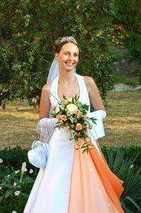 Hochzeitsbrauch: Braut mit Brautstrauss C:Narcis Parfenti/SXC.hu