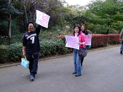 abrazos gratis en Tokio